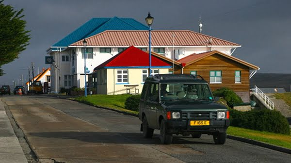 La población de Malvinas es de origen inglés, merced al reemplazo de habitantes que hizo la Colonia al tomar el territorio argentino.