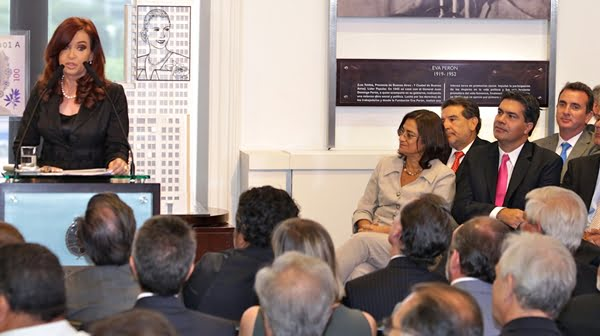 Cristina Fernández durante el anuncio del plan Mas cerca, de viviendas. A la derecha, en la tercera fila, se ubicó Paco Pérez. Foto: Prensa Gobierno de Mendoza