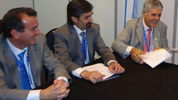 El gobernador Francisco Pérez, con el secretario de Minería de la Nación, Jorge Mayoral, y el ministro de Planificación, Julio De Vido, durante una de las reuniones en el marco de la cumbre Celac-UE, en Chile. Foto: Prensa Gobierno de Mendoza