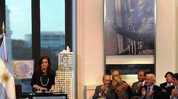 Cristina Fernández denunció el pacto contra los clientes bancarios desde el atril de la Casa Rosada. Foto: Télam