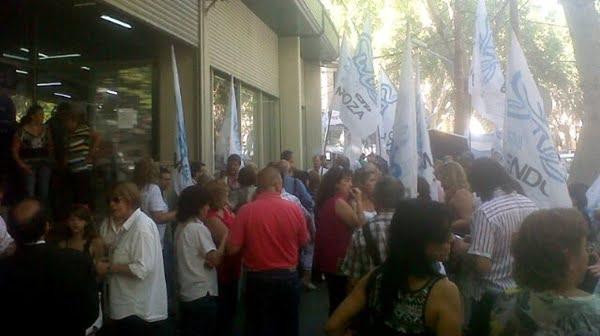 En la puerta de la Subsecretaría de Trabajo, se hacen oír los delegados del SUTE. Foto: Twiter @rayosycenteyas (Maxi Quinteros).