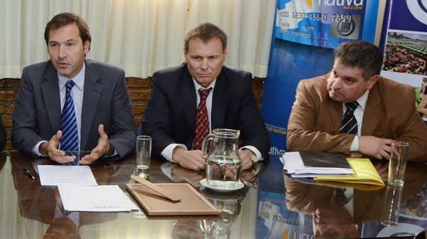 Carlos Ferrer, entre el secretario de Ambiente, Marcos Zandomeni, y Alejandro Orlando, vicepresidente de la FEM, el año pasado en la ratificación de la obligación a Vale de contratar mendocinos en Malargüe. Foto: Archivo.