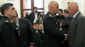 El desplazado jefe de la Policía de Santa Fe, Cristian Sola, saluda al gobernador en un acto. Foto: Inforafaela.com - Archivo