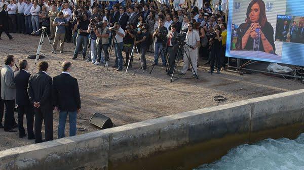 Cristina desde la pantalla le habló a Francisco Pérez, parado al costado de un canal de Junín. Foto: Prensa Gobierno de Mendoza