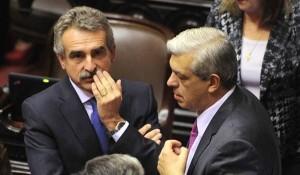 Agustín Rossi, presidente del bloque oficialista, y Julián Domínguez, titular de la Cámara de Diputados, durante la maratónica sesión de la reforma judicial. Foto: Télam