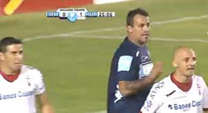 En la primera acción en la cancha, el Ogro Fabbiani fingió una falta en el área, según el árbitro.