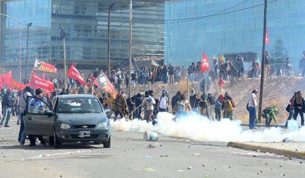 nqn enfrentamiento entr la policia y grupos antifrakin  foto ceci mal
