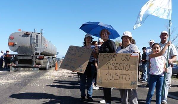Los productores nucleados en APA amenazan con cortar rutas durante la Fiesta de la Vendimia. Foto: Javier Disparti / EsteOnline.com.ar