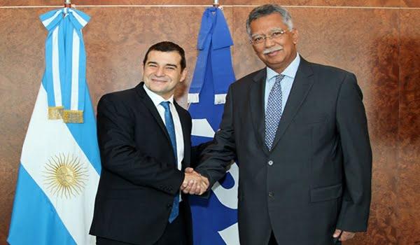 El CEO de YPF, Miguel Galuccio, y el presidente y CEO de Petronas, Shamsul Azhar Abbas. Foto: Télam