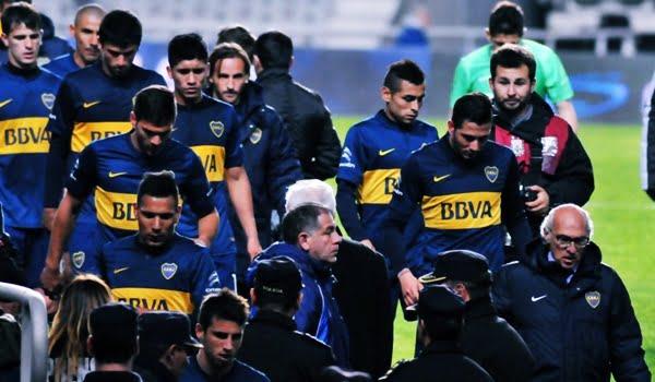 El equipo y el cuerpo técnico de Boca se van del Único de La Plata tras protagonizar la tercera derrota en cuatro fechas.