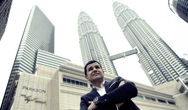 El CEO de YPF, Miguel Galuccio, posó delante de la fachada del edificio de Petronas en Kuala Lumpur, Malasia. Foto: Télam