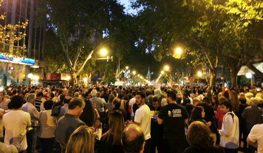 Una multitud se concentró en Mendoza para homenajear a Nisman. Foto: Twitter / @lauramonteromza
