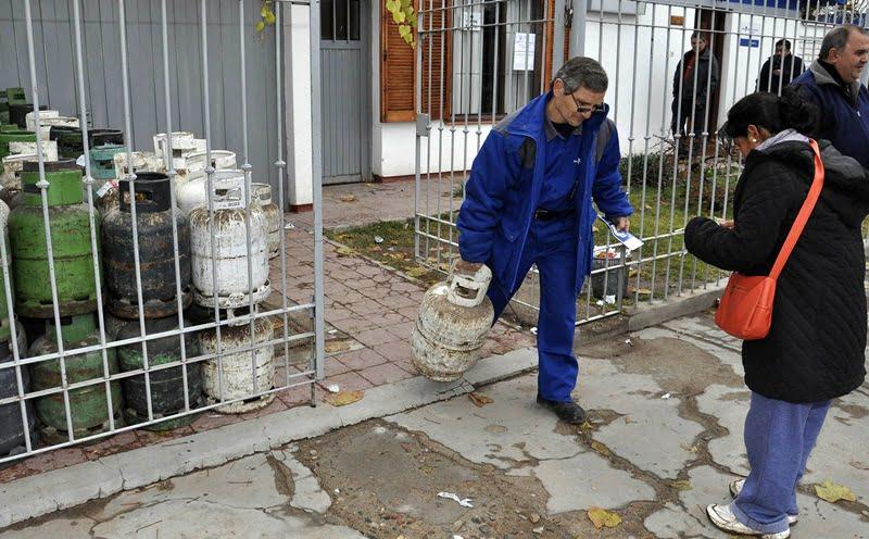 Tunuyan, Mendoza 23 mayo 2014 Garrafas Para Todos Venta de garrafas solidarias en la distribuidora Pihuel, Tunuyan. Recorrido por puntos de distribución de la garrafa para todos en la zona del Valle de Uco.