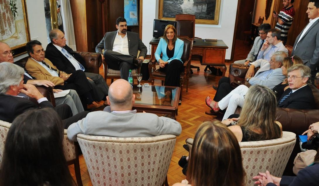 Laura Montero recibió este jueves a integrantes de la AGN en compañía del ministro de Hacienda, Martín Kerchner, en la Casa de Gobierno. Foto: Prensa Gobierno de Mendoza