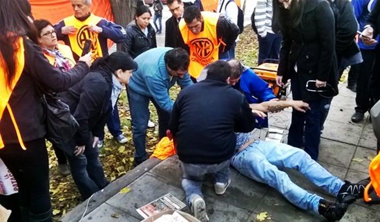 Los trabajadores que protestaban en la Casa de Gobierno fueron reprimidos por las fuerzas de seguridad. Foto: Twitter @thisislasheras